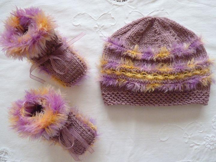 bonnet et chaussons rose et jaune, ref 0447 , 3-6 mois,disponible