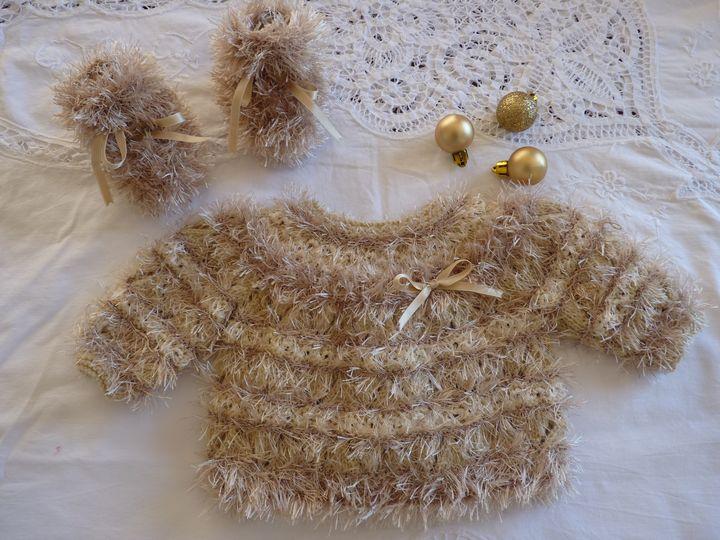 Brassière prestige et chaussons beige, ref 062, naissance, disponible